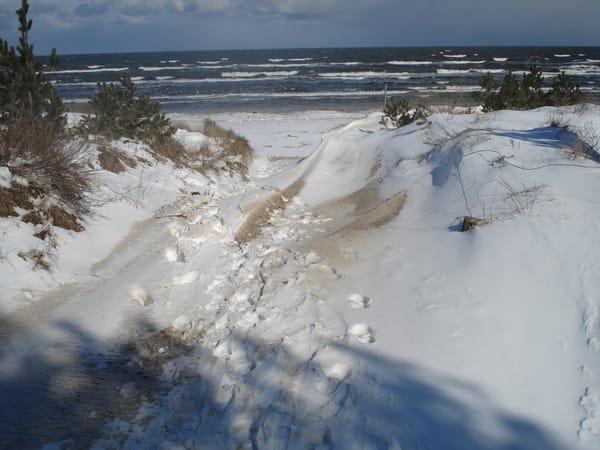 Ein Strandzugang im Winter mit Schnee