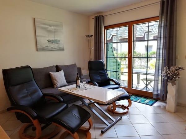 für Gemütlchkeit ist auch gesorgt, das Sofa wird mittels Hubmatik in ein Schlafsofa verwandelt, hier schon ein Blick auf die Terrasse