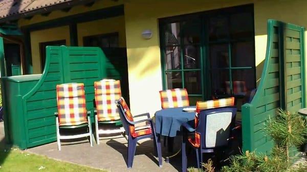 eine Terrasse, auf der am Nachmittag noch die Sonne scheint ist nach einem Ausflug sehr angenehm