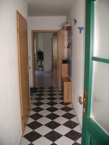 Blick in den Flur und das angrenzende Wohnzimmer, dann hereinspaziert