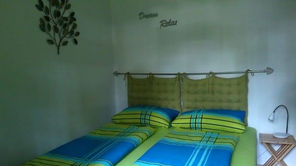 so das ist dann das Schlafzimmer, beziehungswiese die Schlafgelegenheit, Doppelliege mit großem Bettkasten, wo das ein oder andere verstaut werden kann
