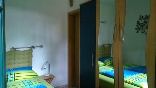 das Schlafzimmer aus einer anderen Sicht, quasi der Schrank, klein aber bietet doch ausreichend Stauraum