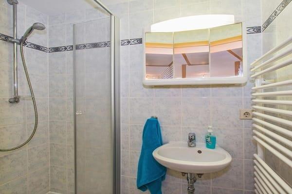 Bad mit Dusche (Obergeschoß).       Ein zweites Bad mit WC befindet sich unten neben dem Wohnzimmer