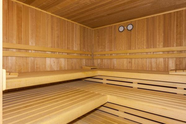 große geräumige Sauna mit Platz für 4-6 Personen
