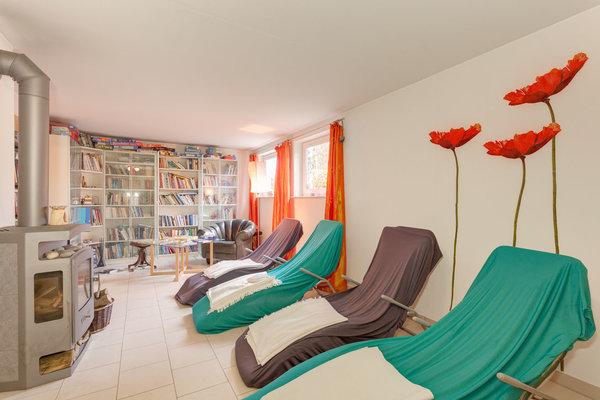 Entspannungsbereich  mit Kamin und Bibliothek