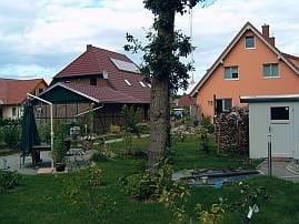 Im Garten gibt es einen Grillplatz