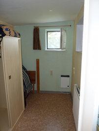 Abstellraum mit Kleiderschrank und Liegestühlen