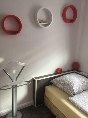 Kleines Zimmer mit Schlafplatz und Kleiderschrank