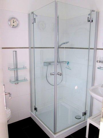 Bad, Echtglas-Duschkabine, niedriger Einstieg, flache Duschwanne