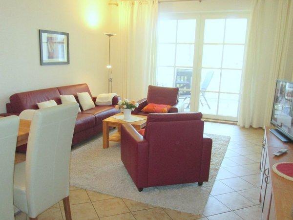 Wohnraum mit Balkon zur Ostsee -  ausziehbares Schlafsofa Richtung TV