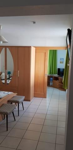 Blick vom Schlafzimmer auf das Wohnzimmer