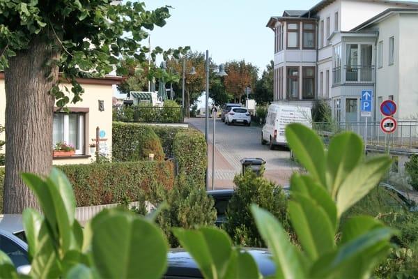 Blick von der Terrasse auf die Strandpromenade