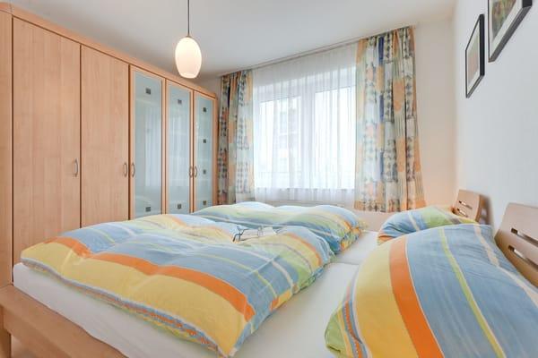Das Schlafzimmer mit Doppelbett 180 x 200 cm
