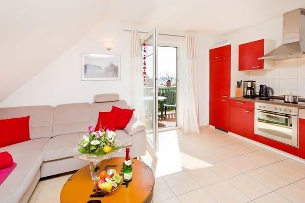 Wohnzimmer mit Ausgang Balkon und Küchenzeile