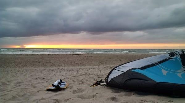 Kitesurfen geht besonders in den windsicheren Wintermonaten ideal. Lagermöglichkeit für Surfmaterial vorhanden.