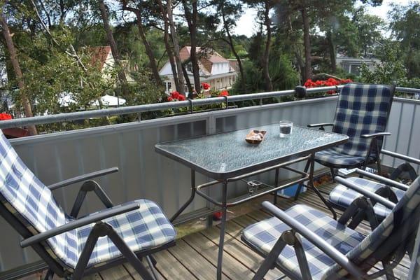Auf dem schönen großen Balkon mit Südausrichtung kann den ganzen Tag die Sonne genossen werden