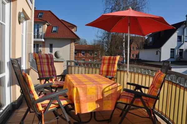 großer Balkon mit Relax-Stühlen