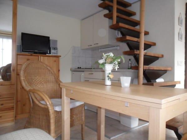Küchenzeile und Treppe zum Schlafboden