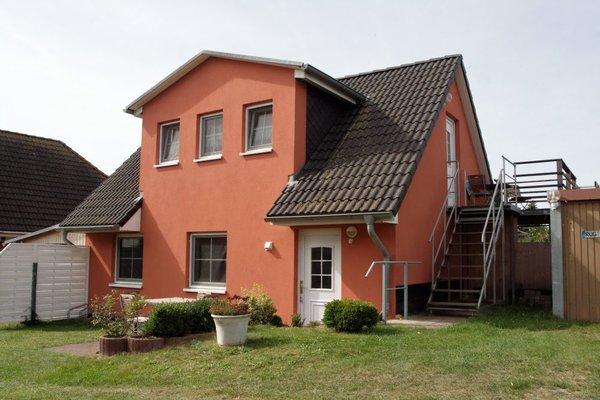 Außenansicht des Ferienhauses - Die Ferienwohnung befindet sich im OG.