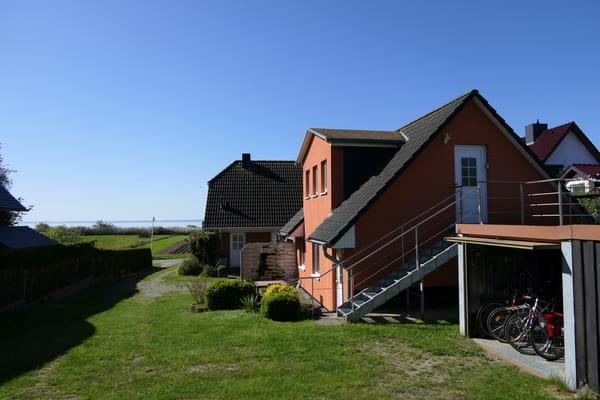 Außenansicht des Ferienhauses Richtung Meer - Die Ferienwohnung befindet sich im OG.