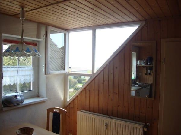 Eckfenster mit Meeresblick im Küchenbereich