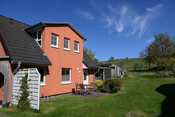 Außenansicht des Ferienhauses Richtung Berg - Die Ferienwohnung befindet sich im EG.