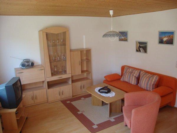 Wohnbereich mit ausziehbarer Couch (und mittlerweile LCD-TV)