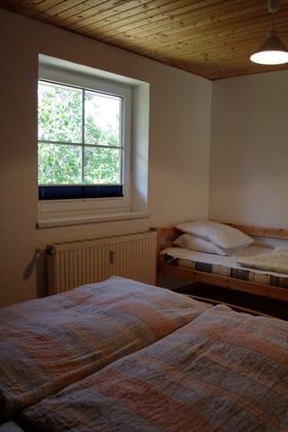 separates Schlafzimmer mit Doppelbett und Einzelbett