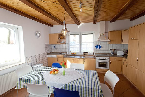 Die geräumige Wohnküche bietet 6-8 Personen Platz. Zusätzliche Stühle finden Sie in der Diele.