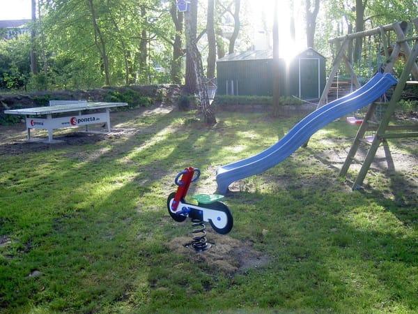 Tischtennis und Kinderecke im Garten