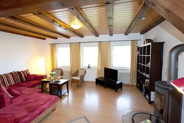 Wohnzimmer mit TV und Kamin