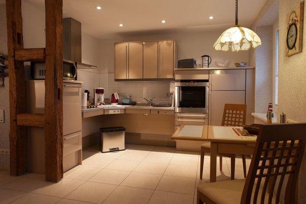 Zum Wohnzimmer offene Küche. Arbeitsplatte voll unterfahrbar. Höhe kann eingestellt werden. Schrank kann elektrich runtergefahren werden.