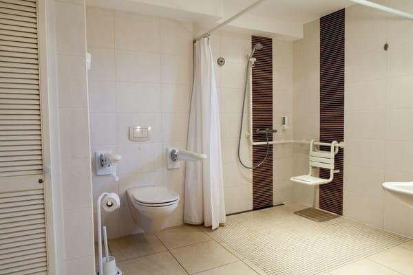 Bad und WC. Rollstuhlgerecht.