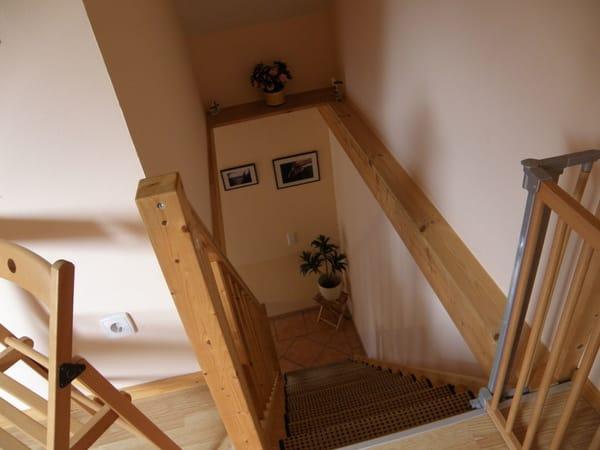 Treppenaufgang zum offenen Schlafraum und zum 2. Schlafraum  /  Wohnungen sind identisch
