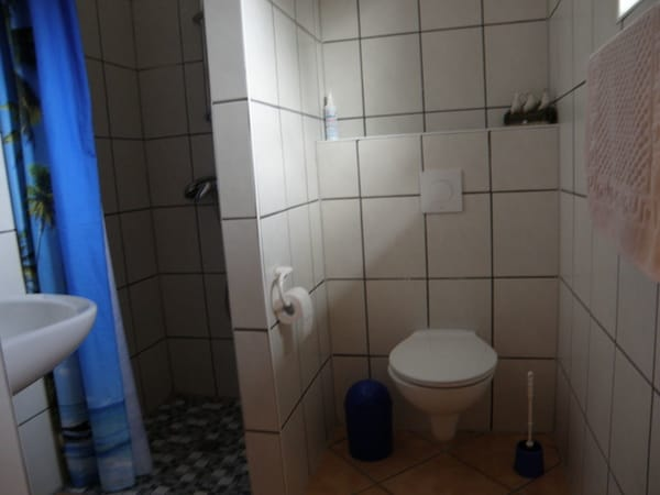 Bad mit Dusche  /  Wohnungen sind identisch