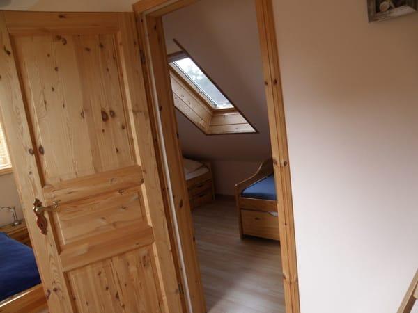 Kinderschlafraum mit 2 Einzelbetten  /  Wohnungen sind identisch