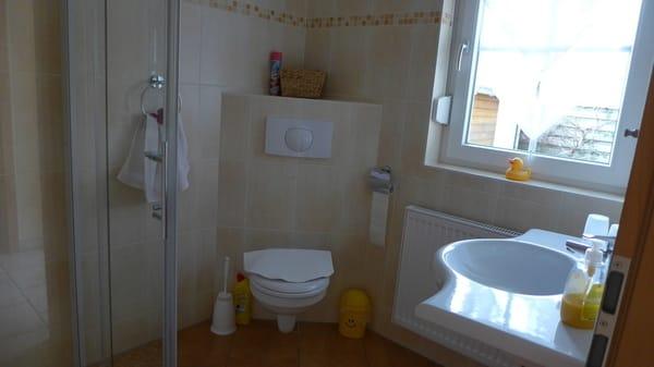 ein Blick ins Bad mit ebenerdiger Dusche
