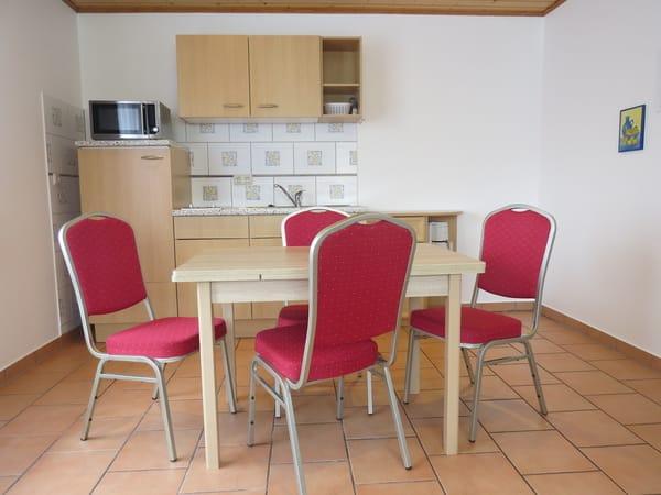 Küchenzeile mit Tisch und Stühle