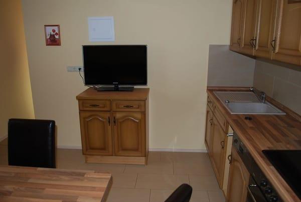 Küchenzeile und Flat-TV