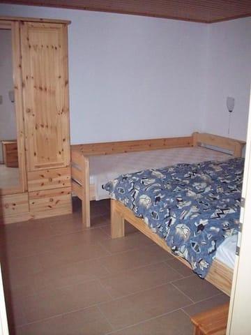 Schlafzimmer mit einem Doppelbett 1,60m x 2,00m sowie Einzelbett 0,90m x 2,00m und Kleiderschrank