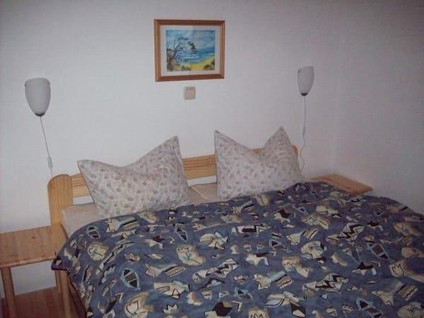 Schlafzimmer mit einem Doppelbett 1,60m x 2,00m