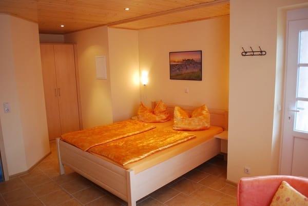 Doppelbett 1,60m x 2,00m und Kleiderschrank