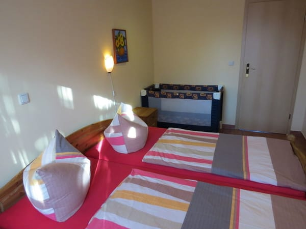 Schlafzimmer bei Bedarf mit Kinderreisebett