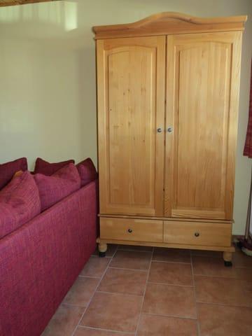 Schlafzimmerschrank im Wohnzimmer