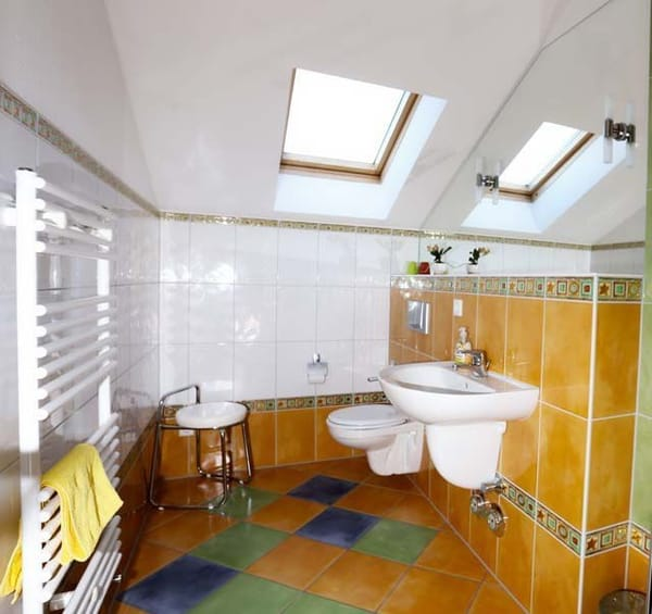 Bad mit Fenster, Dusche WC und Waschbecken