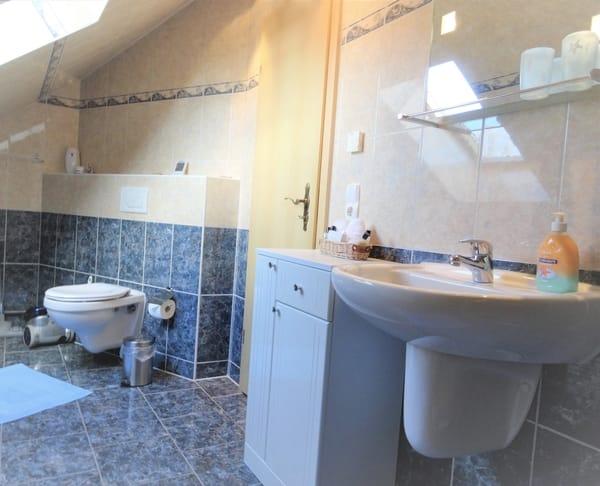 Bad - Waschtisch , WC