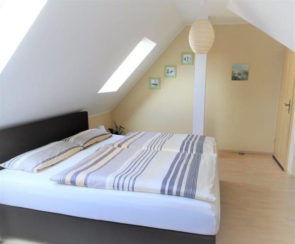 Schlafzimmer mit breitem Boxspringbett
