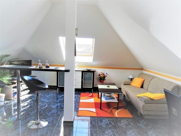 Wohnzimmer- Sitzbereich, Bar-Tresen, LED-TV