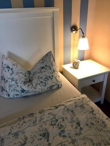Zusätzlicher Fernseher im Schlafzimmer vorhanden