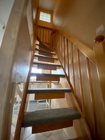 eine schmale Treppe führt ins Obergeschoss